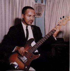 В середине прошлого века, пока Европа восстанавливалась после войны, в Соединённых Штатах стремительно развивался джаз. Появление в джазовых ансамблях электрогитары серьёзно изменило лицо джаза: гитара не только вытеснила банджо, но и заглушила контрабас, он стал теряться в общем саунде. Стал разрабатываться электро-бас. И вот уже в начале 50-х легендарный гитарный инженер Лео Фендер (Leo Fender) запустил в массовое производство первую бас-гитару Fender Precision Bass. Его изобретение стало настоящей революцией в музыке: изменилось не только звучание коллективов, но и сама бас-гитара спустя десять лет стала, по сравнению со своим предком-контрабасом, невероятно популярным инструментом, в первую очередь - из-за гораздо меньших размеров, звучания и простоты конструкции. Это породило новую профессию в музыкальной индустрии: бас-гитарист. Именно о них и пойдёт речь: cегодня я расскажу вам о 20 лучших бас-гитаристах мира.