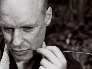 Брайан Ино — человек, который придумал всю современную музыку. В 1978 году он записал альбом Ambient 1: Music for Airports — атмосферную электронную музыку без всякой мелодии и ритма — и стал родоначальником стиля эмбиент. Тогда же, в 1970-х, он начал работать саундпродюсером и сделал «инженера звуков» одной из ключевых фигур в создании музыки. В 2008 году его работа со звездами первой величины — группой Coldplay — удивила мир: надо же, сам Брайан Ино, великий новатор, снизошел до такой попсы! Сегодня кажется, что Ино охватил вообще всю область современного звука: он записывал альбомы группе Talking Heads, Дэвиду Боуи и группе U2, написал звуковую заставку к Microsoft Windows, делал аудиооформление для видеоигр и разрабатывал музыкальное приложение Bloom для iPhone. В рамках цикла Yota YES Lectures Брайан Ино приехал в Петербург прочитать лекцию об искусстве и музыке, а «Русскому репортеру» рассказал еще и о загадочной русской душе