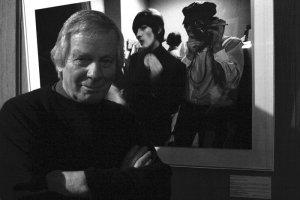20 сентября не стало Роберта Уитакера - фотографа вероятно снимавшего Битлз больше всех и одновременно во многой степени создавшего их образ. Начал сотрудничество с группой в 1964 во время австралийских гастролей. Самые известными снимками Боба Уитакера стала т.н. бутчер кавер - обложка мясников - впервые представившая Битлз нетрадиционно, в сюрреалистических одеяниях.