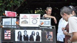 НЬЮ-ЙОРК, 10 окт — РИА Новости, Лариса Саенко. День рождения Джона Леннона отметили в воскресенье на «Земляничных полянах» в нью-йоркском Централ-парке безостановочным исполнением песен одного из создателей прославленной рок-группы Beatles, которому исполнился бы 71 год.