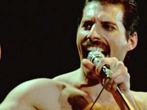 Группа Queen выпустит альбом, в который войдут песни, записанные еще при участии Фредди Меркьюри. Об этом сообщает  The Daily Star.   В настоящее время гитарист Брайан Мэй и ударник Роджер Тейлор прослушивают старый материал и отбирают ранее не издававшиеся композиции. Речь идет о песнях, записанных в 80-е годы. Информации о том, как будет называться альбом с архивными записями, пока нет. Дата релиза также не указывается.