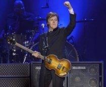 На неделе случился концерт с невероятным КПД: и в физическом, и в моральном, и в качественном смысле. В Москве выступил Пол МакКартни со своим бэндом. Так как Paul McCartney – это уже не только один человек, но и сформировавшийся за много лет коллектив, то название тура, в рамках которого в Москву приехал экс-битл, «Paul McCartney on The Run», довольно крепко рифмуется с популярнейшим альбомом МакКартни «Band On The Run», чьё скорое сорокалетие с нетерпением ожидается битломанами всего мира. Кстати, фан-клуб The Beatles снова не подкачал: в подарок мэтру в этот раз была преподнесена специально изготовленная матрёшка со всеми участниками группы.