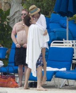 Папарацци британского желтого издания Daily Mail сфотографировали Пола Маккартни и его супругу Нэнси Шевелл во время их традиционного новогоднего отдыха на Ямайке. На фотографиях можно увидеть не только Пола и Нэнси, но и детей экс битла - Стеллу и Джеймса, а также семью американского модельера русского происхождения Ральфа Лорена.