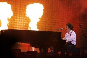 Paul McCartney is On The Run! Т.е. в бегах. Тем не менее, 14 декабря его банда сделала остановку в дождливой Москве, чтобы сыграть 35 классических — какой стороной их не поверни — песен, заставив танцевать заполненный Олимпийский.