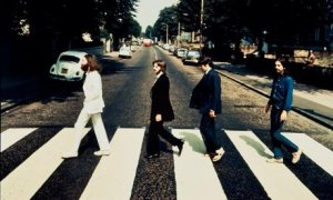 Фотография, на которой изображена легендарная четверка The Beatles, переходящая улицу Abbey Road, будет выставлена на аукционе Блумсбери (Bloomsbury Auctions) 22 мая, сообщает  Guardian .