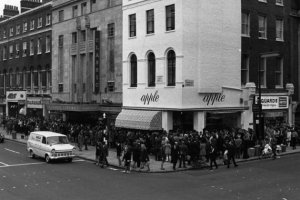 Одним из первых проектов Beatles, после формирования их компании Apple Corps, была экспансия в торговлю.Плоды этих усилий - магазин Apple - открылся 5 декабря 1967 года, 45 лет назад, на Baker Street, 94 в Лондоне.