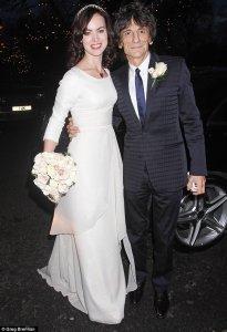 Ronnie Wood снова связал себя узами брака. Третьей женой шестидесятипятилетнего гитариста стала тридцатичетырехлетняя Салли Хамфрис.