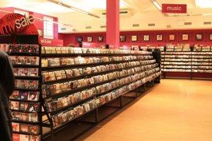 Европейские регулирующие органы дали зелёный свет на  покупку  компанией Warner Music Group легендарного лейбла Parlophone. Таким образом, наследство компании EMI окончательно распределено по рукам. EMI некогда входил в большую четвёрку крупнейших мировых лейблов, однако дела в последние годы шли настолько плохо, что в конце 2011 года The Universal Music Group выкупил за 1,9 млрд. долларов права на весь каталог EMI, в то время как группа инвесторов во главе с Sony выплатила 2,2 млрд. за подразделение, занимавшееся выпуском новой музыки.