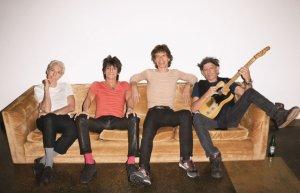 Наверное, эти люди, The Rolling Stones, не должны быть здесь, в этот период своей жизни, они не должны сейчас делать то, что они делают, — и делать это так пугающе хорошо. Сейчас вечер пятницы, на дворе конец апреля; мы находимся в репетиционной студии размером с небольшой гараж на краю калифорнийского Бербанка. Кит Ричардс, ритм-гитарист группы, стоит всего в паре метров от щеголяющего абсолютно белыми волосами ударника Чарли Уоттса, и тот сосредоточенно слушает, как Ричардс играет сложное вступление к «Gimmie Shelter», похожее на прелюдию к тайфуну. Когда Кит начинает снова играть рифф, Уоттс присоединяется на барабанах, создавая своего рода «тень» за его ритмом; вокалист Мик Джаггер издает мрачный высокий вой, похожий на весть из будущего, до которого вы не хотели бы дожить, но которого при этом ждете с нетерпением. Затем вся группа — Ричардс, Уоттс, гитарист Ронни Вуд, басист Дэррил Джонс, бэк-вокалист Бернард Фаулер и клавишник Чак Ливел (он играет одной рукой, другой зажимая кровоточащий нос) — обрушивает на песню угрожающий рев. Джаггер ходит взад-вперед, похожий на кота, и смотрит в глаза отсутствующей аудитории, а затем переводит взгляд на дальнюю стену помещения, как будто пытаясь что-то там высмотреть, и одновременно поет свой текст-мольбу: «Oh, a storm is threatening / My very life today / If I don't get some shelter / Oh, yeah, I'm gonna fade away». Эта песня — лучшее совместное упражнение Джаггера и Ричардса в жанре хоррор — представляет собой видение разрушения и мольбу о спасении. В этой комнате сегодня она также служит напоминанием о том, что, создавая нечто столь пугающее и одновременно освобождающее, эти люди не могут сбежать от своего единения. «Индивидуальные участники группы сливаются в единое целое, — говорит продюсер Дон Уоз, — и когда это происходит, дружище, получается нечто потрясающее. Ты больше не слышишь отдельных партий, ты видишь лес, а не деревья, и это что-то огромное и мощное». Сегодня музыканты собрались вместе, чтобы порепетирова