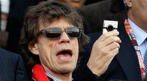 Фронтмен группы The Rolling Stones отмечает свой 70-летий юбилей. Знаменательную дату музыканты во главе с Миком Джаггером отметили накануне концертом в лондонском Гайд-парке. Группа The Rolling Stones собирает полные залы с конца 1960-х годов. Мик Джаггер до сих пор активно гастролирует, пишет музыку и в третий раз  собирается жениться . Его избранница младше его на 24 года. Музыкант всегда был известен своей эпатажностью и одновременно чувственностью. Одно из изданий недавно разместило фотографии морщинистого Джаггера с подписью «Ночь живых мертвецов», однако поклонники музыканта утверждают, что его группа до сих пор не потеряла энергии. Так, в честь 50-летнего юбилея группы коллектив провел тур из 30 выступлений. С октября 2012 года они побывали в нескольких городах Великобритании, Канады, США и Франции.