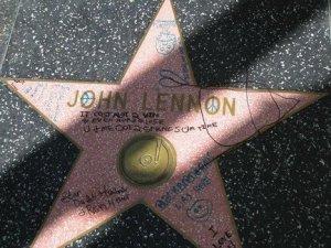 Неизвестные вандалы осквернили звезду Джона Леннона на Аллее славы в Голливуде, сообщает  Examiner . Об этом стало известно в минувшие выходные благодаря гиду Джиллиан Ломакс из компании A Magical History Tour.