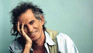 Величайший из живых мертвецов  Платон Беседин к 70-летнему юбилею Кита Ричардса  Есть чудеса на свете, определённо. Одно из них – то, что культовый гитарист «Rolling stones»  Кит Ричардс  до сих пор жив. Сегодня он празднует свой 70-летний юбилей, несмотря на почти полвека героиновой и кокаиновой зависимости, пять пачек красного «Marlboro» и пару бутылок «Jack Daniels» в день. «Долгие годы я спал в среднем по два раза в неделю. Это значит, я провёл в сознании по крайней мере три жизненных срока», говорит Кит.