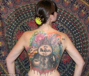 29-летняя жительница канадского Ванкувера Дженнифер Кормак сделала огромную татуировку в честь Битлз, сообщает   The Daily Mail .  На нанесение коллажа на спину фанатки ушло 50 часов.