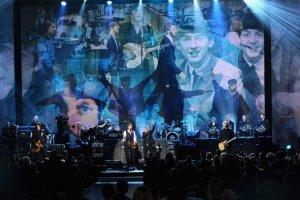 Юбилейное шоу The Beatles: The Night That Changed America получило премию Эмми, сообщает   E xaminer . В минувшие выходные состоялась первая церемония вручения этих наград – в так называемых технических номинациях. Трибьют-программа победила в категории Лучшая музыкальная режиссура: приз Creative Emmy Award достался постановщику Дону Уозу.