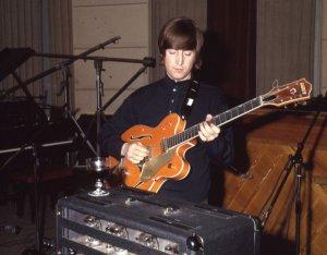 Гитара Gretsch 6120, на которой Джон Леннон играл во время записи Paperback Writer, может уйти с молотка за $1 млн (£626,25 тыс.). Об этом сообщает    The I ndependent .