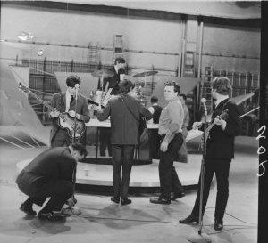 В  WogBlog  опубликованы две редкие фотографии Битлз. Снимки были сделаны во время первого появления группы в шоу Эда Салливана.