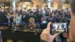 Известный британский музыкант Элтон Джон решил шокировать жителей и гостей Лондона, дав небольшой импровизированный концерт прямо на железнодорожном вокзале Лондона. Об этом пишут западные музыкальные издания.