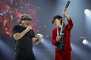 Вокалист группы Guns'n'Roses Аксель Роуз присоединился к австралийскому коллективу AC/DC. Именно он отправится в турне по Европе вместо Брайана Джонсона.