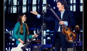 10-летняя фанатка Лейла  Лакасе  сыграла с Полом Маккартни песню  Get Back  на концерте в Аргентине, сообщает   NME .