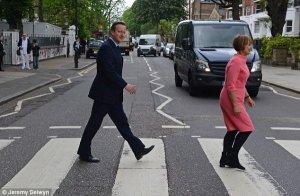 Премьер-министр Великобритании Дэвид Кэмерон попытался воссоздать обложку битловского альбома  Abbey Road.  Как сообщает   ITV ,  политик приехал в знаменитую лондонскую студию, чтобы обсудить с лидерами творческой индустрии их заявление против выхода Соединенного Королевства из состава Евросоюза.