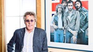 Фронтмен  The Who   Роджер Долтри  поделился с читателями  Rolling Stone  своими воспоминаниями о концерте, на котором The Who разогревали зал перед  The Beatles , и напомнил о предстоящем фестивале  Desert Trip  в Калифорни с участием The Who,  Пола Маккартни ,  The Rolling Stones ,  Боба Дилана  и других суперзвёзд классического рока.  Мы были поддерживающей группой на концерте в Оперном театре в Блэкпуле. Был воскресный вечер, мы выступали перед ними. Помню, наш роуди тогда заметил, что Джон Леннон стоял позади усилителей Пита и внимательно слушал, что творит Пит. Мы ведь были первой группой, которая использовала все эти примочки с фидбэком, и Джон Леннон, по всей видимости, прислушивался именно поэтому. И уже на следующей их записи («I Feel Fine») звучал фидбэк-эффект (смеётся).  При том, вслушиваться в игру Битлз в тот вечер, судя по словам Долтри, было весьма затруднительно.  Было невозможно расслышать ни единой сыгранной ими ноты. Все эти вопли... Там стоял безумный шум. Можно было разобрать, от силы, первые пару секунд музыки, после чего всё заглушали эти пронзительные визги. Внезапно в зале запахло мочой - это фанатки Битлз буквально писались от восторга.  Долтри добавляет, что подобного не происходило на концертах The Who: Мы были слишком страшными для этого.  - В октябре вы снова увидитесь со Стоунз и Маккартни на фестивале Desert Trip. - Все эти группы соберутся в одном месте, но это не будет совместное выступление. Мы все выступаем в разные дни, у каждого - своё шоу. Конечно, мы поздороваемся друг с другом, Приятно снова встретиться, и разойдёмся каждый своей дорогой - вот как всё будет. Но, всё же, всегда здорово повидать старых друзей.  - Ранее вы говорили, что этот фестиваль являет величайшие остатки эпохи и высказывались в духе Я рад, что мы сделали это. - Я точно это сказал? Я рад, что мы это сделали? Многих моих друзей из шестидесятых больше нет с нами, как вы могли заметить.  Подобные фестивали делают честь этой музыке, считает Долтри. Вот они - 
