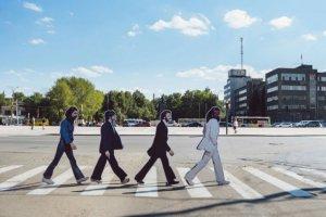 Картонные фигуры музыкантов «прошлись» по дорогам Уралмаша, повторяя легендарный переход лондонского перекрестка Abbey Road с обложки одноименного альбома группы.