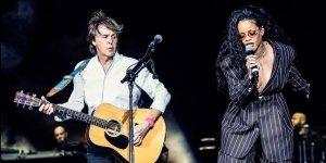 На фестивале Desert Trip Пол Маккартни спел песню FourFiveSeconds с Рианной, сообщает  Rolling Stone . Мы, наконец, нашли кого-то младше 50, – пошутил музыкант, когда Рианна уходила со сцены. Ранее фестиваль прозвали Oldchella.