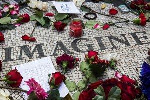 Поклонники почтили память Джона Леннона в Нью-Йорке в день годовщины гибели музыканта, сообщает  Time .