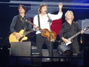 Beatles News Insider  публикует   фотографии  и сет-лист с концерта Пола Маккартни в Токио. Шоу состоялось 25 апреля на арене Будокан, где в 1966 году выступали Битлз. Предыдущий концерт сэра Пола на этой же площадке состоялся почти два года назад.  Как передает  AXS , открывающей песней осталась A Hard Day's Night. Также отмечается, что Маккартни исполнил Every Night, которую не пел в Японии с 2002 года.  Представляя некоторые песни, сэр Пол говорил по-японски. Перед Hi Hi Hi на сцену были приглашены шестеро фанатов в костюмах Sgt. Pepper. Они подарили музыканту особенный носовой платок. А во время выхода на бис Маккартни размахивал флагом Японии.  Сет-лист выглядел следующим образом:  1. A Hard Day's Night 2. Jet 3. Drive My Car 4. Junior's Farm 5. Let Me Roll It 6. I've Got A Feeling 7. My Valentine 8. 1985 9. Maybe I'm Amazed 10. We Can Work It Out 11. Every Night 12. In Spite Of All The Danger 13. Love Me Do 14. Blackbird 15. Here Today 16. Queenie Eye 17. Lady Madonna 18. I Wanna Be Your Man 19. Magical Mystery Tour 20. Being For The Benefit Of Mr. Kite 21. Ob-La-Di, Ob-La-Da 22. Sgt. Pepper's Lonely Hearts Club Band [Reprise] 23. Back In The USSR 24. Let It Be 25. Live And Let Die 26. Hey Jude (бис) 27. Yesterday 28. Hi Hi Hi 29. Golden Slumbers / Carry That Weight / The End