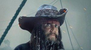 Пол Маккартни опубликовал в  твиттере  фотографию, на которой он предстал в образе  пирата Карибского моря . Подробностей о своем персонаже музыкант не привел, ограничившись хештегом пиратская жизнь.  По некоторым данным, в фильме Пираты Карибского моря: Мертвецы не рассказывают сказки сэр Пол сыграл охранника темницы. Об этом пишет ряд изданий, в том числе  Consequence Of Sound .  В пиратской франшизе уже снимались знаменитые музыканты. Как известно, вдохновением для образа капитана Джека Воробья послужил Кит Ричардс, которому в итоге досталась  роль отца героя Джонни Деппа .  В новой части саги, помимо Маккартни и Деппа, также можно будет увидеть Киру Найтли, Джеффри Раша, Орландо Блума, Хавьера Бардема, Каю Скоделарио, Брентона Туэйтса. Режиссеры – Хоаким Роннинг и Эспен Сандберг.
