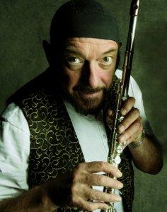 Десятого августа 1947 года родился Иэн Андерсон (Ian Anderson) - бессменный лидер британской группы Jethro Tull, самый известный флейтист и один из лучших шоуменов в рок-музыке.
