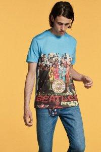 Экс-вокалист группы Oasis Лиам Галлахер выпустил коллекцию одежды в честь 50-летия битловского альбома Sgt Pepper's Lonely Hearts Club Band, сообщает  Liverpool Echo .  Как отмечает газета, Галлахер неоднократно признавался в любви к Битлз, и нет ничего удивительного в том, что его новый проект посвящен именно этой группе.  Коллекция состоит из 28 предметов одежды, среди которых футболки, парки и пиджаки. Вдохновением послужил гардероб самих битлов, а также музыка и оформление Sgt. Pepper.