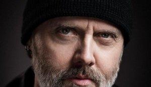 Ларс Ульрих из Metallica рассказал, как Пол Маккартни помешал ему выступить с группой U2. Об этом сообщает  Rolling Stone .  По словам Ульриха, он находился на мероприятии, где выступали Боно и Эдж, и на сцене были свободны барабанная установка и бас-гитара.   Я типа такой – это мой шанс побарабанить в U2 с Боно и Эджем. И я начинаю набираться храбрости. Я стою позади, надеясь, что меня никто не увидит, – заявил Ларс.  Я собираюсь начать подъем, и как только я это делаю, другой парень оказывается в пяти футах передо мной и поднимается [на сцену], и я не вижу, кто это. Потом он идет, садится за барабанную установку, и это Пол Маккартни. Я говорю – погодите минутку, я должен был играть на барабанах в U2, – сообщил Ульрих.  Как утверждает Ларс, затем он с криками убежал и больше не возвращался.  Ульрих отметил, что Маккартни – отличный барабанщик, и его выступление с U2 было суперклассным. Они сыграли пару песен, и это были Боно, Эдж, Маккартни на ударных, это было безумие, – сообщил музыкант. Получилось так круто, поскольку телефоны были под запретом... и это было просто тем, что существовало в головах людей, находившихся там, – добавил он.