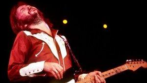 В минувшие выходные на Международном кинофестивале в Торонто был представлен документальный фильм режиссёра  Лили Фини Занук   «Eric Clapton: Life in 12 Bars» , посвящённый жизни и музыке легендарного блюзового гитариста  Эрика Клэптона .  Документальная лента, производство которой финансировалась телекомпанией Showtime, рассказывает историю Клэптона его собственными словами и словами его коллег, кумиров и друзей, многих из которых уже нет в живых - Би Би Кинг, Джими Хендрикс, Джордж Харрисон...  Мы располагали эксклюзивным доступом к богатейшей личной коллекции Клэптона, включающей видеозаписи, фотографии, концертные афиши, письма, рисунки и дневники, - рассказала Лили Занук, вдова знаменитого кинопродюсера Ричарда Занука («Челюсти», «Шофёр мисс Дэйзи»). Все те вещи, что способны перенести зрителей в соответствующий период времени - от студенческих лет до его нынешнего статуса одного из величайших гитаристов всех времён.  Премьеру фильма в Торонто посетил и сам герой ленты. Возможно, дни гитары остались позади, - с сожалением констатировал 71-летний Клэптон. Мои дети, конечно, слушают классический рок, но только потому, что я промыл им мозги. Музыкант выразил надежду, что, несмотря на неоднозначную картину пережитой им жизни, зрители фильма не сочтут его безрассудным и безответственным человеком.  Телевизионная премьера фильма состоится 10 февраля 2018 года.