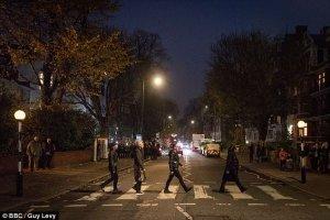 Группа U2 воссоздала битловскую обложку Abbey Road, сообщает  Daily Mail .  Ирландский коллектив приехал в знаменитую лондонскую студию, чтобы записать свое выступление для «Би-би-си». Часовое шоу получило название U2 At The BBC.  Это будет пятый выпуск проекта At The BBC. Среди его предыдущих участников — Гарри Стайлз и Сэм Смит.