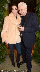 Фотограф Майк Маккартни посетил рождественскую вечеринку, устроенную своей племянницей, дизайнером Стеллой Маккартни. Об этом сообщает  Daily Mail .  Праздничное мероприятие состоялось в магазине Стеллы в лондонском районе Мейфэр.  Отец модельера вечеринку пропустил — в настоящее время Пол Маккартни находится на гастролях в Австралии. Зато на праздник пришла сестра дизайнера Мэри Маккартни.  Кроме того, на мероприятии были замечены Бьянка Джаггер (бывшая жена Мика Джаггера) и Ли Уэллер (дочь Пола Уэллера).