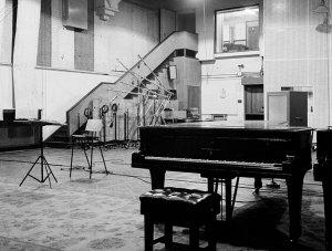 Abbey Road Studios откроется для публики на три дня в августе, о чем студия сообщает на своем  сайте .  Посетителям предложат лекции, посвященные прошлому и настоящему Abbey Road. Проходить они будут в знаменитой Studio Two, где записывались Битлз, Pink Floyd, Oasis, Radiohead, Адель, Эд Ширан и многие другие.  Также можно будет осмотреть аппаратную и пообщаться с некоторыми сотрудниками студии.  В проекте принимают участие Брайан Кехью и Кевин Райан — авторы книги Recording the Beatles.