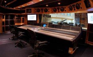 Знаменитая лондонская AIR Studios, основанная продюсером The Beatles сэром Джорджем Мартином в 1969 году, уйдет с молотка. Здесь были записаны пластинки Пола Маккартни, Adele, Coldplay, U2, Muse, Джорджа Майкла, Кейт Буш, Дэвида Гилмора, Mumford & Sons, The Jam и других исполнителей. Площадь студии AIR (эта аббревиатура расшифровывается, как Associated Independent Recording) составляет 300 кв. метров, также в нее входит помещение для записи симфонических оркестров и хоров. Тут писалась музыка и для голливудских фильмов, таких, как Темные времена, Дюнкерк, Чудо-женщина, Лига справедливости и Чужой: Завет.