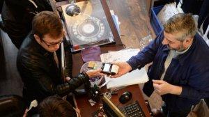 Более двух третей всех проданных в Великобритании виниловых записей пришлись на «суперфанатов», сообщает  «Би-би-си»  со ссылкой на данные Entertainment Retailers Association.  Как рассказали в ERA, эти коллекционеры тратят по £400 в год. Средняя цена одного LP составляет £20,31, то есть каждый «суперфанат» приобретает по меньшей мере 19 альбомов. Доля таких покупателей оценивается в 72%.  В общей сложности в 2017 году было продано 4,1 млн виниловых альбомов — наивысший показатель с 1990-х. Но на общем музыкальном рынке этот формат занимает лишь 3%.  Продажи винила в прошлом году составили £87,7 млн, CD-дисков — £368,5 млн, DVD-дисков — £580,5 млн, Blu-Ray – £161,1 млн. Консольных игр продано на £749,9 млн.