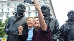 Пол Маккартни неожиданно приехал в Ливерпуль. Его сопровождал актер и телеведущий Джеймс Корден, известный в том числе по музыкальному шоу Carpool Karaoke. Об этом  сообщает  Macca News.  Ранее Корден называл сэра Пола «гостем мечты» для своего «автомобильного» караоке. Джеймс также исполнял песню «I'm A Loser» в анимационном сериале Beat Bugs.  В Ливерпуле съемки проходили в местах, связанных с Битлз. В частности, Маккартни и Корден побывали в доме на Forthlin Road, на улице Penny Lane, у памятника битлам.  Что касается выступления, то оно состоялось в Philharmonic Pub. По имеющимся данным, за день до мероприятия компания SRO Audiences искала местных жителей, желающих попасть на «эксклюзивный секретный концерт» с участием «мировой суперзвезды». Счастливчиков, успешно подавших заявки на бесплатные билеты, ждал приятный сюрприз.  По  данным  Beatles In London, сэр Пол исполнил, в частности, Love Me Do, I Wanna Be Your Man, Back In The USSR, Birthday, I've Got A Feeling и Hey Jude.