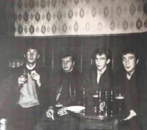Легендарный паб The Grapes на Mathew Street в Ливерпуле закрыли,  сообщает  Liverpool Echo.  Владельцы подтвердили эту информацию. Пресс-секретарь Star Pubs and Bars не смог назвать причину закрытия. Он также не уточнил, временная ли это мера, но отметил, что пабом управляют независимые операторы.  «Мы надеемся, что все вопросы будут разрешены настолько быстро, насколько это возможно», — добавил представитель компании.  В начале 1960-х The Grapes был известен в округе как «битловский паб». В последующие годы заведение менялось. Масштабное обновление было проведено в 1998 году. Несмотря на изменения, паб сохранил популярность.  Как  рассказал  изданию AXS битловский историк и эксперт Спенсер Ли, изначально паб обслуживал местных рабочих, а новую клиентуру заведение получило в 1950-х годах. Поскольку спиртного в клубе Cavern не было, музыканты шли в The Grapes.