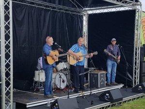 Группа The Quarrymen выступила на музыкальном фестивале Romstock в британском Вустершире, сообщает  Express & Star .  В составе — школьный друг Джона Леннона Род Дэвис, Колин Хэнтон, Лен Гэрри и Чарльд Ньюби.  Фестиваль проводился для сбора средств на помощь местной молодежи. Он побил собственный рекорд посещаемости.