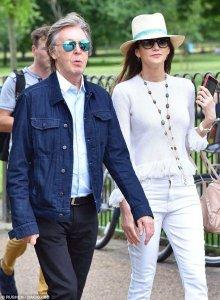 Пола Маккартни и Нэнси Шевелл заметили среди посетителей лондонского Гайд-парка, сообщает  Daily Mail .  Прогулку запечатлели папарацци. Как утверждается, сэр Пол был в хорошем настроении и даже насвистывал какую-то мелодию.