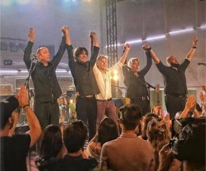 Пол Маккартни выступил сегодня с концертом в студии Abbey Road в Лондоне. Были исполнены 4 песни с нового альбома Egypt Station, который  выйдет 7 сентября . Трек Come On To Me  был представлен около месяца назад , а остальные три композиции никто раньше не слышал. Несколькими часами ранее сэр Пол прошелся по знаменитой зебре на Abbey Road и пообщался с фанатами.