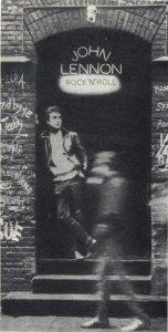 Зимой 1975 года в Англии вышла пластинка под непритязательным названием «Рок-н-ролл». На конверте ее стояла надпись: «Оживленный Джоном Ленноном». Это собрание популярных песенок двадцатилетней давности, спетых, сыгранных и, главное, аранжированных одним из бывших «Битлз»: «Для меня это был способ вспомнить юность. Даже словом «Оживленный...» я хотел подчеркнуть некую несерьезность моей попытки. Но, вы знаете, я глядел на прошлое без усмешки, с удивлением даже: ну и ну, какими мы были, с чего мы начинали...» Со времени распада ансамбля минуло семь лет. За этот срок и в музыке, и в жизни бывших «Битлз» произошло многое. Но творчество их продолжает интересовать любителей музыки. И по-прежнему занимает умы ностальгический вопрос — соберутся ли они вновь! Пока они дают отрицательные ответы, но — оставляют возможность для «но»... Этой статьей о Джоне Ленноне мы завершаем серию публикаций о «Битлз» теперешних — она была начата отрывком из «Авторизованной биографии «Битлз» Хантера Дэвиса в № 3/73 и продолжена рассказами о Поле Маккартни в № 8/76, Ринго Старре в № 4/77 и Джордже Харрисоне в N° 5/77.