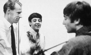 Биограф Кеннет Уомак заявил, что Битлз «отстранили» Джорджа Мартина от работы над White Album в 1968 году. Об этом сообщает  The Guardian .  По словам Уомака, из-за «холодной войны» между продюсером и музыкантами Мартин якобы приходил на запись с «большой пачкой газет и огромной плиткой шоколада» и просто сидел в аппаратной, а говорил он только тогда, когда к нему обращались битлы.  Кеннет рассказал, что узнал об этом от сотрудников, работавших на сессиях: «Я спрашивал их, что делал Джордж, когда Джон исполнял какую-то определенную гитарную партию или когда Ринго работал над какой-нибудь партией ударных. Они отвечали: «Ничего, он просто сидел в глубине аппаратной, читал газеты, делился с нами шоколадом». У него было нечто вроде шоколадно-газетной забастовки».  Уомак также утверждает, что после смерти Брайана Эпстайна существовала некая неопределенность, плюс большую роль в «холодной войне» сыграла статья в журнале Time, где Мартина назвали идейным вдохновителем Sgt Pepper. Тем не менее, впоследствии битлы «уговорили» продюсера вернуться к совместной работе над Abbey Road.  Такая версия событий удивила автора книг о Битлз Марка Льюисона. По его словам, в разные годы он беседовал с большинством сотрудников, работавших над White Album, и никогда ни о чем подобном не слышал. Вместе с тем, он отметил, что Кеннет не тот автор, который будет что-то придумывать, и вероятно, Уомаку рассказали то, что не говорили еще никому. В целом Льюисон сомневается в такой версии, но не исключает ее.  Об этих событиях Уомак написал в книге Sound Pictures: The Life of Beatles Producer George Martin, the Later Years, 1966–2016. Это вторая часть двухтомной биографии. Она выйдет в сентябре.