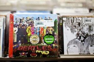 Стал известен самый популярный студийный альбом всех времен в Великобритании, сообщает  Billboard  со ссылкой Official Charts Company.  Это Sgt. Pepper's Lonely Hearts Club Band.  При составлении рейтинга учитывались продажи на физических носителях, скачивания и стриминг.