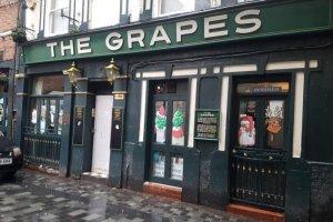 В Ливерпуле временно приостановил работу легендарный паб The Grapes, сообщает  Liverpool Echo .  Соответствующее решение принял суд. Таким образом, в Рождество заведение будет закрыто. В этом году паб уже прекращал работу на целый месяц — без объяснения причин.  The Grapes принадлежит компании Star Pubs & Bars, входящей в Heineken, но управляется независимыми операторами. Пресс-секретарь уточнил, что Star Pubs & Bars снова вступили во владение пабом из-за решения суда, связанного с «финансовыми обстоятельствами лицензиата». В настоящее время делом занимаются юристы.  «Мы не сможет предоставить больше информации о будущем The Grapes до начала января», — добавил представитель компании.