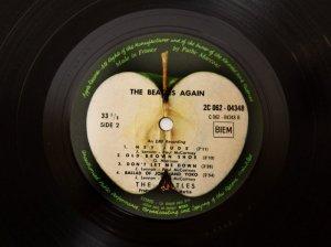 Выход песни Hey Jude британской рок-группы The Beatles в 1968 году в США оказался на грани срыва из-за изображения на пластинке яблока, напомнившего дистрибьюторам вагину. Об этом  сообщает  The Independent.