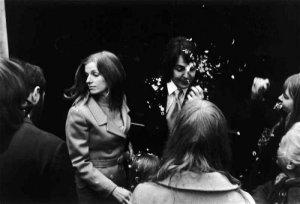 50 лет назад — 12 марта 1969 года —  состоялась  свадьба Пола Маккартни и Линды Истман.  Пара заключила брак в Лондоне. Церемония должна была быть тайной, но план не сработал, и молодоженов встречали сотни фанатов и репортеров.  Маккартни последним из битлов отказался от холостяцкой жизни, напоминает Ultimate Classic Rock. Его брак с Истман продлился 29 лет — вплоть до смерти Линды в 1998 году.